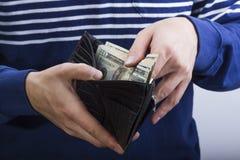 Portafoglio con soldi nelle mani immagini stock libere da diritti