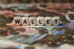 Portafoglio - cubo con le lettere, termini del settore dei soldi - segno con i cubi di legno Fotografia Stock