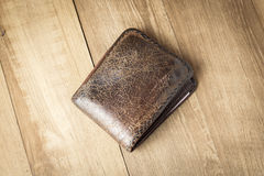 Portafoglio del cuoio di Brown sul fondo di legno del bordo Fotografie Stock Libere da Diritti