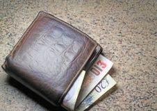 Portafoglio o borsa con le note che attaccano fuori. Fotografie Stock