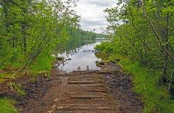 Portage a un lago wilderness Fotos de archivo libres de regalías