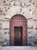 Portail en bois antique avec la voûte en pierre d'une forteresse médiévale italienne image libre de droits