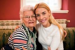 Portair de belle famille de deux générations à la maison Photo stock