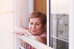 Portait της ευτυχούς ανώτερης γυναίκας Στοκ Φωτογραφία