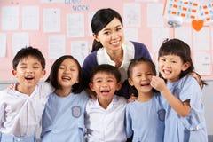 Portait του δασκάλου και των σπουδαστών στο κινεζικό σχολείο στοκ φωτογραφία
