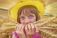 Portait девушки в пшеничном поле Стоковые Изображения RF