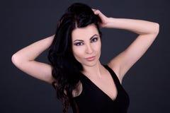 Portait молодой красивой сексуальной женщины представляя над серым цветом Стоковые Фотографии RF