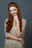 一名微笑的逗人喜爱的红头发人妇女的Portait 库存照片