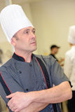 Portait atrakcyjny męski szef kuchni w restauracyjnej kuchni Obrazy Stock