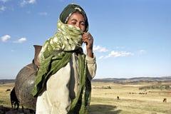 Portait av den etiopiska kvinnan i torrt lantligt landskap Arkivfoton