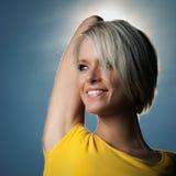 Portait av en le härlig blond kvinna Royaltyfri Foto