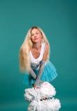 Portait blondes Gebläse der reizvollen Mädchen mit Pom-poms Lizenzfreies Stockbild