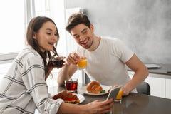 Portait d'homme affectueux et de femme de couples prenant le selfie sur p mobile Images stock