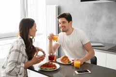 Portait d'homme heureux et de femme de belle famille prenant le petit déjeuner Images stock