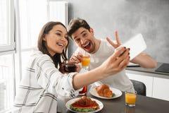 Portait d'homme heureux et de femme de belle famille prenant le selfie Image libre de droits
