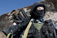 Portait d'un soldat avec le fusil d'AK-47 image libre de droits