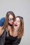 Portait de studio du jeune embrassement jumel de soeurs Photo stock