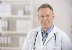 Portait de un doctor maduro Fotos de archivo