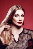 Portait del estudio de la belleza de la moda de la mujer joven Foto de archivo libre de regalías