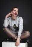 Portait del estudio de la moda de la muchacha de la belleza Foto de archivo