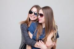 Portait del estudio del abarcamiento gemelo joven de las hermanas Imagen de archivo