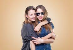 Portait del estudio del abarcamiento gemelo joven de las hermanas Imagen de archivo libre de regalías