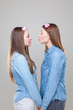 Portait del estudio del abarcamiento gemelo joven de las hermanas Fotos de archivo