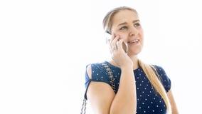 Portait del primer de la mujer sonriente joven que habla por el teléfono móvil Imagen de archivo libre de regalías