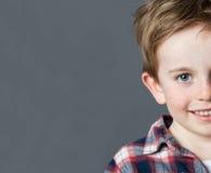 Portait del primo piano del fronte di 5 anni del bambino dei capelli rossi adorabili per l'infanzia Fotografia Stock