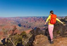 Portait della giovane donna della viandante e del Grand Canyon Immagine Stock