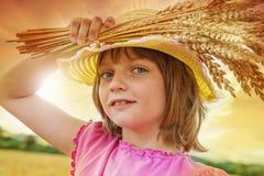Portait della ragazza nel giacimento di grano Fotografia Stock Libera da Diritti