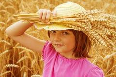Portait della ragazza nel giacimento di grano Fotografia Stock