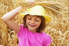 Portait della ragazza nel giacimento di grano Fotografie Stock Libere da Diritti