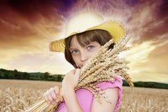 Portait della ragazza nel giacimento di grano Immagini Stock Libere da Diritti