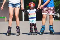 Portait des Babys lernend inline eislaufend Lizenzfreies Stockfoto