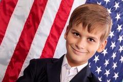 Portait des kaukasischen Jungen mit amerikanischer Flagge lizenzfreie stockfotografie