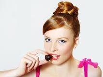 Portait des reizvollen süßen Mädchens mit Schokolade Lizenzfreies Stockfoto