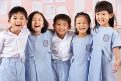Portait des étudiants dans la salle de classe chinoise d'école Photographie stock