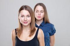 Portait do estúdio de irmãs gêmeas novas Imagens de Stock