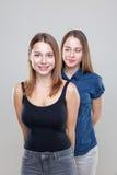 Portait do estúdio de irmãs gêmeas novas Imagens de Stock Royalty Free