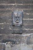 Portait en pierre commémoratif de statue sur le mur de l'église Photos libres de droits
