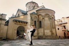 Portait heureux de nouveaux mariés - jeune mariée de levage de marié beau fort dedans Photos libres de droits