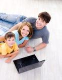 Portait High-angle de la familia con la computadora portátil Imágenes de archivo libres de regalías