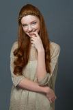 Portait μιας χαμογελώντας χαριτωμένης redhead γυναίκας Στοκ Φωτογραφίες
