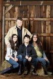 Portait uprawia ziemię rodzina wśrodku stajni Zdjęcia Royalty Free