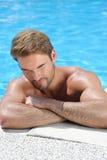 Portait van een knappe mens door de pool Stock Fotografie