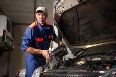 Portait załatwia samochodowego silnika w remontowym sklepie mechanik zdjęcie royalty free