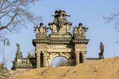 Portal asombroso histórico viejo del cementerio del estilo del neo-renacimiento en Horice en la República Checa, día soleado imagen de archivo