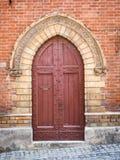 Portal de madera antiguo con el arco de piedra tallado de un medie italiano imagen de archivo