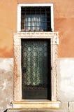 Portal del hierro de un edificio viejo Imagen de archivo